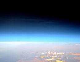 Nachtleuchtende Wolken, die sich in der Mesosphäre bilden, beobachtet von der Internationalen Raumstation am 29. Mai 2016. Diese Wolken entstehen zwischen 76 und 85 Kilometern über der Erdoberfläche, nahe der Grenze zwischen Mesosphäre und Thermosphäre, und helfen, diesen wenig verstandenen Teil der oberen Atmosphäre zu visualisieren. (Bild: ESA / NASA / Tim Peake)
