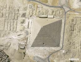 Cheops-Pyramide, Kairo, Ägypten, mit nativen 30 cm Auflösung aufgenommen vom Satelliten Pléiades Neo. (Bild: Airbus DS 2021)