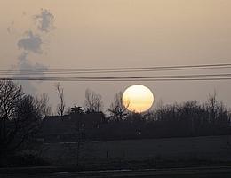Sonnenuntergang am 23. Februar 2021 bei Leipzig ohne Abendrot. Der Saharastaub sorgte dafür, dass die Sonne eher blass unterging. Der Farbverlauf von weiß nach gelb deutet darauf hin, dass sich in der untersten Luftschicht Saharastaub mit kleineren Partikeln aus der Luftverschmutzung mischt. (Bild: Tilo Arnhold, TROPOS)