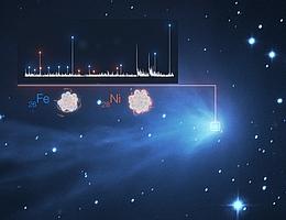 In dieser Abbildung wird der Nachweis der Schwermetalle Eisen (Fe) und Nickel (Ni) in der unscharfen Atmosphäre eines Kometen veranschaulicht. Oben links ist das Lichtspektrum von C/2016 R2 (PANSTARRS) mit einem realen Bild des Kometen überlagert, das mit dem SPECULOOS-Teleskop am Paranal-Observatorium der ESO aufgenommen wurde. Jede weiße Spitze im Spektrum repräsentiert ein anderes Element, wobei die Spitzen für Eisen und Nickel durch blaue bzw. orangefarbene Striche gekennzeichnet sind. Spektren wie diese sind dank des UVES-Instruments am VLT der ESO möglich, einem hochauflösenden Spektrografen, der die Linien so weit auffächert, dass sie einzeln identifiziert werden können.Darüber hinaus ist UVES bis hinunter zu Wellenlängen von 300 nm empfindlich. Die meisten der wichtigen Eisen- und Nickellinien erscheinen bei Wellenlängen von etwa 350 nm. Das bedeutet, dass die Fähigkeiten von UVES für diese Entdeckung entscheidend waren. (Bild: ESO/L. Calçada, SPECULOOS Team/E. Jehin, Manfroid et al.)