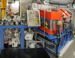 Der Rückstoßseparator TASCA bei GSI: Der Calcium-Strahl des UNILAC-Beschleunigers gelangte durch das links im Bild sichtbare Strahlrohr zum Targetbereich (Bildmitte), in dem die Kernverschmelzung zur Flerovium-Produktion erfolgte. (Bild: Gabi Otto/GSI)