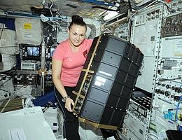 Kosmonautin Elena Serova bei der Installation des 3. Labors auf der ISS, PK-4, im europäischen Columbus-Modul. (Bild: ROSCOSMOS/ESA)