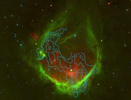 Falschfarbenbild von RCW 120 vom Spitzer Satelliten, wobei heißer Staub rot ist, warmes Gas grün und Sterne blau dargestellt sind. Die Konturen zeigen die [CII] Linie von ionisiertem Kohlenstoff, der mit SOFIA und upGREAT beobachtet wurde und eine schnelle Ausdehnung der Region in Richtung Erde (blaue Konturen) und von uns weg (rote Konturen) bestätigt. Der gelbe Stern gibt die Position des zentralen, massiven Sterns in RCW 120 an. (Bild: Luisi et al. 2021, Spitzer)