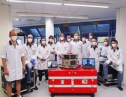 Das TUBIN-Team mit dem Mikrosatelliten vor seiner Verschiffung nach Cape Canaveral. Es besteht aus zehn wissenschaftlichen Mitarbeitern und vier studentischen Hilfskräften. (Bild: Philip von Keiser)